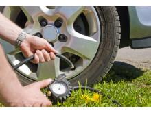 Kolla lufttrycket i däcken och spara pengar