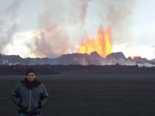 Forskaren Vladimir Conde poserar framför vulkanen Bardarbunga