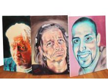 """Tre av Tommy Tallstigs tavlor från utställningen """"Hjältar på Söder"""""""