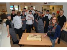 Feirer 100.000 måltid med kake