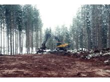 Grävmaskinist Morgan Ingholm terrasserar väg mot verk 2