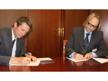 IBM signerer samarbeidsavtale med Høyskolen i Gjøvik (t.v. Arne Norheim, adm.dir IBM Norge, t.h. Morten Irgens, viserektor HiG)