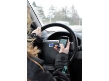 Allt färre småbarnsföräldrar sms:ar bakom ratten