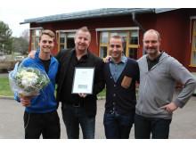 Klass 7F vann resa till Paris; stolt klassföreståndare Fredrik Bäck tar emot priset
