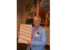 Ole-Petter Hagfors i Shell Retail tok i mot Svaneprisen 2015 for Shells markedsføring av Svanemerkete bilvaskemidler.