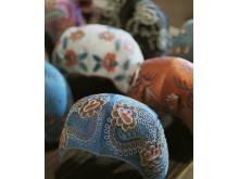 Bindmössor. Längst fram bindmössa av siden med broderad dekor i tambursöm med silke. Foto: Mats Landin, Nordiska museet.