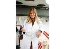 Pernilla Wahlgren hjälper till att måla Sergels torg