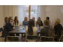Prins Daniel samtalar med elever vid Carlforsskas Ekonomi- och Handelsskola