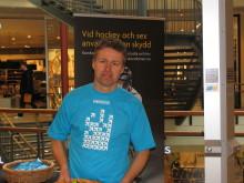 Smittskyddsläkare Stephan Stenmark delar ut kondomer på CK i Skellefteå