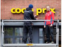 Coop Prix-skilt blir montert
