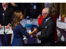 Charlotta Granath tar emot pris av kungen