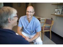 Fredrik Högberg, sjuksköterska på HND-centrum, samtalar med patient