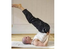 Naprapatlandslagets naprapat demonsterar yoga-övningar i ny bok