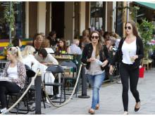 Högupplöst bild på ungdomar på stan med petflaska