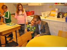 Mathias Bohman beösker elever på Breddenskolan efter god relsutat på nationella proven
