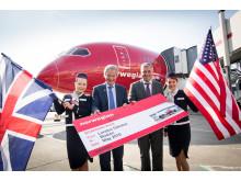 Norwegianin toimitusjohtaja Björn Kjos ja Gatwcik Airportin toimitusjohtaja Stewart Wingate miehistön jäsenten kanssa