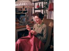 Vid symaskinen 1964. Foto Karl-Erik Granath, © Nordiska museet