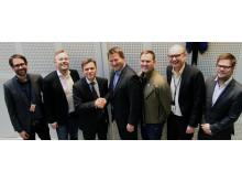 Glade herrer under signering av avtalen mellom Campus Kristiania og Canon