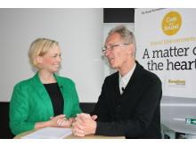 Sara Holmqvist central konceptutvecklare vårdmiljöer på Ecophon i samspråk med Töres Theorell, professor emeritus i psykosocial miljömedicin vid Stressforskningsinstitutet