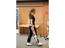 Sjukgymnasten Annelie Nilsson demonstrerar Robotdräkten