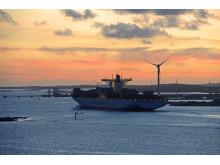 Maersk fartyg på väg ut ur farleden