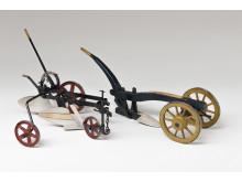 Modeller av en tvåskärig plog och ett kärrårder från Skåne. Modellerna har tillhört Götrik von Schéeles modellsamling. Foto: Hannes Anderzén, Nordiska museet.