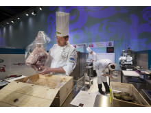 Danske kocken Kenneth Hanse packar upp råvaran svensk unggris på Bocuse d'Or Europe
