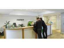 Patienterna tas emot i receptionen på Memiras ögonklinik