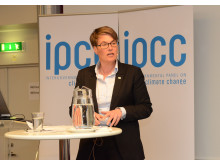 Klima- og miljøminister Tine Sundtoft mottar rapporten fra FNs klimapanel