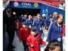 Alba på väg till spelartunneln