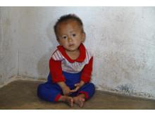 Ett apatiskt barn i byn Sok Sa i Ri i Södra Wanghae provinsen i Nordkorea