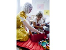 Lärarvikarie från VRE Education bygger lego på förskolan.