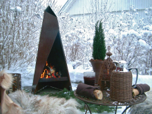 Tipi utespis och grill i vintermiljö
