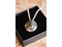 Smycke av Suzanne Färnert till Årets Bröstvän 2014