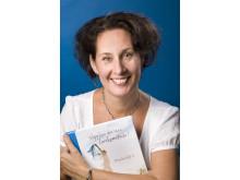 Carolina Gårdheim med boken Släpp loss din inre livskonstnär
