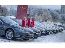 Lina Nordskag fra Avis Oslo og Morten Torp, Salgs- og markedsdirektør Avis Norge foran de nye 25 Tesla Model S