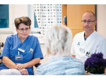 Monica Rådström, sjuksköterska njurmedicin och Fredrik Högberg, sjuksköterska hjärtmedicin samtalar med patient