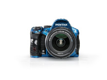 Pentax K-30 sininen valkoisella taustalla