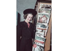 Folkhemmets mode. I veckomagasinen skrevs spaltmeter om filmstjärnor, mode och glamour och där gavs också handfasta tips om hur man själv kunde sy det senaste modet. Foto från 1941. Foto: Gunnar Lundh, © Nordiska museet.