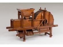 Sädesrensare i modell konstruerad av Jonas Norberg efter en förlaga från Kina. Tillverkad omkring 1770 och har ingått i Patriotiska sällskapets modellsamling. Foto: Hannes Anderzén, Nordiska museet.