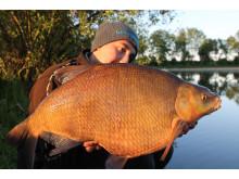 Tobias Andersson med sin svenska rekordbraxen, 8 340 gram.