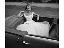 Vårskratt från 1950 har blivit en av Sten Didrik Bellanders mest kända bilder. Den signalerar att vårsäsongen kommit till varuhuset MEA vid Norrmalmstorg i Stockholm. Foto: Sten Didrik Bellander, © Nordiska museet