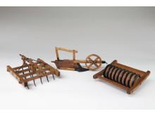 Modeller med förslag på nya jordbruksredskap eller med förbättringar av tidigare redskap. Från vänster; en ställbar myllharv, plog från Gästrikland med hjul på dragåsen och en ringvält från Uppland. Foto: Hannes Anderzén, Nordiska museet.