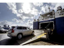 Bil lastas ombord på bilfartyg i Logent, Göteborgs Hamn