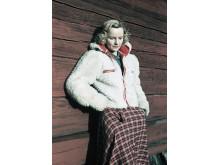 Klädd för friluftsliv. En färgmatchad ung kvinna i fuskpälsjacka och rutig kjol, 1941. Foto: Gunnar Lundh, © Nordiska museet