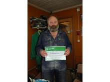 Grisbonden Christer Hylander med checken värd 10.000kr