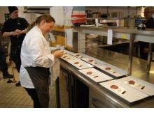 Camilla Sparring är noga med upplägget av den vinnande rätten bestående av rökt getkött från Lofjätåsens Fäbod, samt  pepparrotsost, lingon- och enbärsketchup och smörfråst pepparostssås.