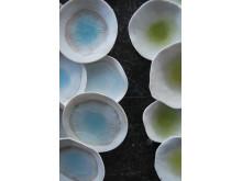 Hanna Järlehed Hyving visar keramik på blås&knåda
