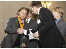Joacim Westlund tar emot stipendiet för innovationen Knappen