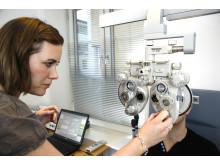 Memira optometrist undersøker øynene før behandling.